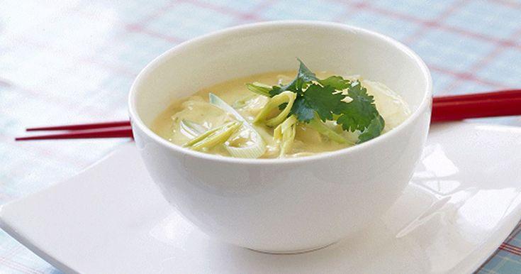 THAISOPPA MED NUDLAR OCH KYCKLING - Vi har inspirerats av Tom kha gai. Ät gärna med pinnar och drick ur skålen, som i Thailand.