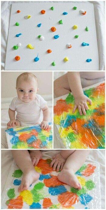 Spuit wat verf op een schilderij of vel, doe daar overheen en laat de kinderen voelen en wrijven!