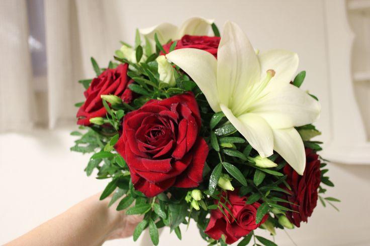 Brudebukett røde roser og hvite liljer