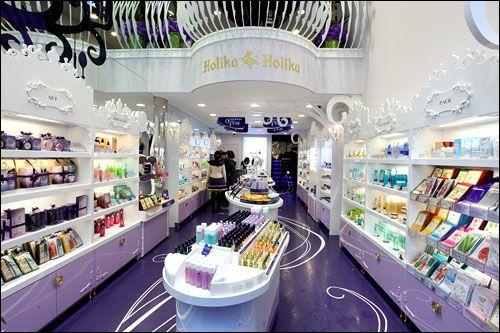 Me encanta que los locales de Holika Holika sean morados con blanco! Es una muy elegante combinacion!  www.facebook.com/paraisokawaii