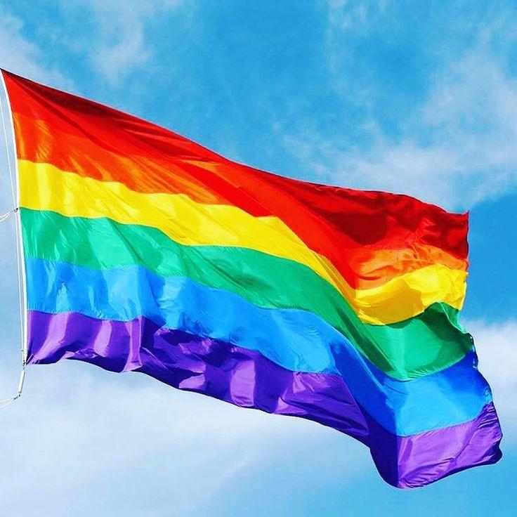 2 hrs   Geburtstag von Gilbert Baker. Gilbert Baker brachte er sich selbst das Schneiderhandwerk bei. Ab 1979 arbeitete er bei der Paramount Flag Company in San Francisco. Er fertigte unter anderem Entwürfe für Dianne Feinstein den Premierminister Chinas die Staatspräsidenten von Frankreich Venezuela und der Philippinen sowie den König von Spanien. Ebenso designte er Kreationen für diverse zivilgesellschaftliche Anlässe und die San Francisco Gay Pride. 1994 zog Baker nach New York City um…