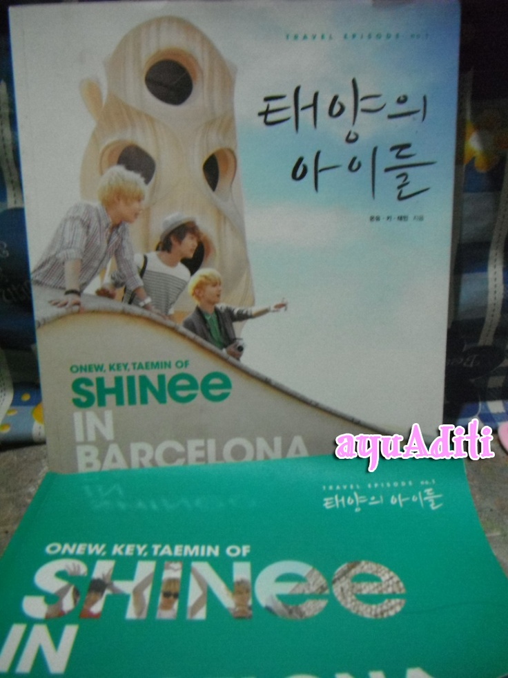 SHINee in Barcelona travel book + postcard set