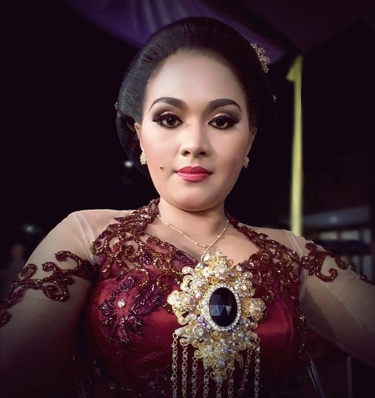 Eka Suranti. Sinden Kebumen. Penyanyi Tradisi Jawa.