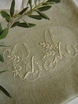 Serviette brodée en lin avec son monogramme, comme autrefois.