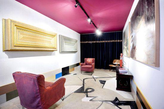 Sala com teto roxo e parede branca.