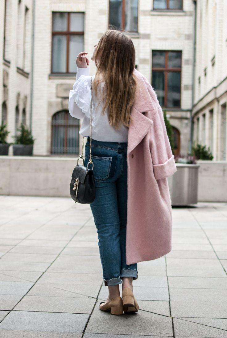 florafallue zeigt einen Look mit rosa pink oersized Mantel von H&M, einer Mom Jeans, weißer volant Bluse und Chanel Slingback Lookalikes. Das Schwarz der Schuhe wird mit der Chloe Drew Bag wieder aufgenommen.