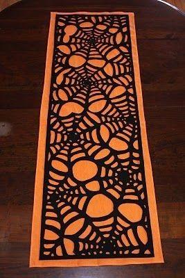 Runner con ragnatele per Halloween - Ragnatele nere su sfondo arancione rendono perfetto questo runner per la vostra tavola di Halloween.