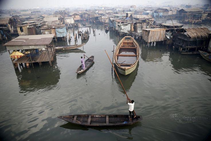 {Eng. below} Vue de la communauté de pêcheurs de Makoko du haut d'une école sur la lagune de Lagos au Nigeria le 29 février 2016.  Photo : Akintunde Akinleye pour @Reuters.  A view of the #Makoko #fishing community is seen from top of a floating school on the #Lagos #Lagoon #Nigeria February 29 2016. by l_instant_parismatch
