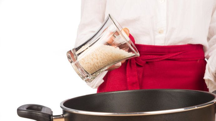 Nasypat do hrnce, zalít vodou a vařit tak dlouho, dokud se tekutina nevypaří. Způsob, kterým naprostá většina lidí připravuje rýži, je ve skutečnosti nebezpečný. Zpotraviny se nedostanou všechny škodliviny, konzumenti si mohou přivodit otravu arsenikem.