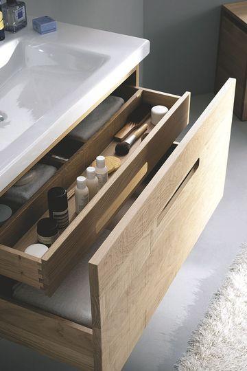 """Façades lisses, sciées ou gougées pour ce meuble à l'intérieur joliment aménagé avec un tiroir à l'anglaise. Sa vasque est en céramique. Largeurs 60, 90 et 120 cm. """"Essentiel"""", à partir de 2443 euros, Sanijura."""
