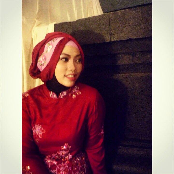 How beautiful agirl to wear kebaya ^^