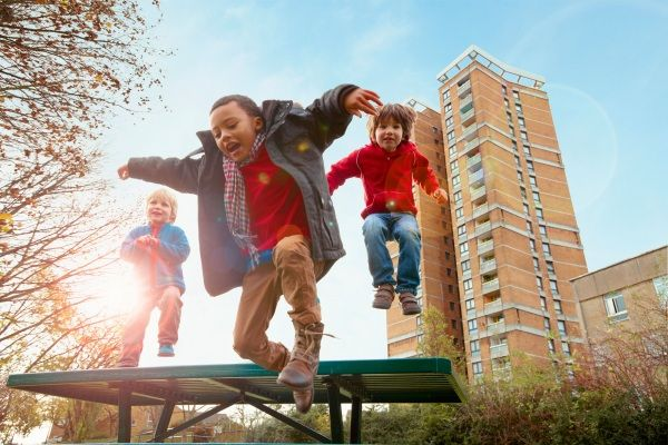 8 ottime ragioni per portare il bimbo al parco - Attualmente i bambini trascorrono sempre più tempo in luoghi chiusi o impegnati in attività extrascolastiche. Ma secondo il Ministero della Salute, sarebbe opportuna almeno un'ora al giorno di attività fisica e gioco all'esterno. Ecco 8 ottime ragioni per portare il bimbo al parco e lasciarlo giocare negli spazi aperti.