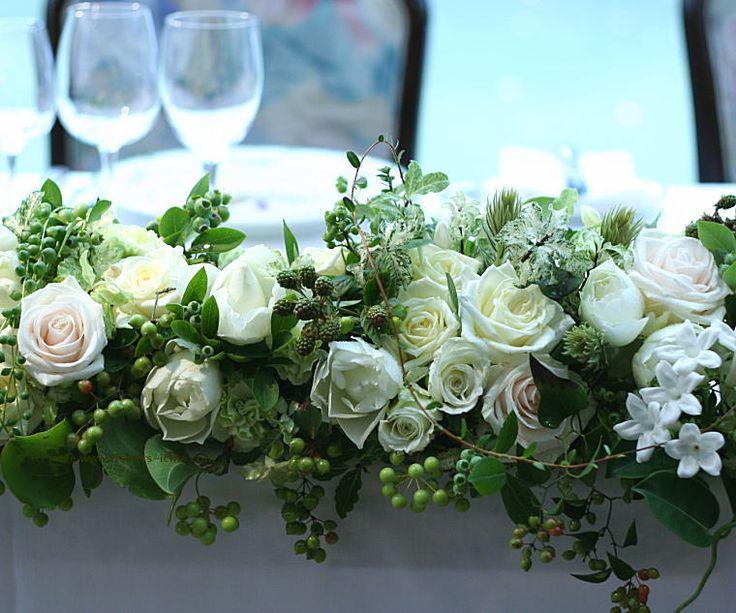 会場装花 白バラにたっぷりの実ものを : 一会 ウエディングの花