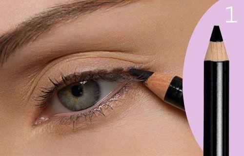 Быстрый макияж не предполагает многоцветной палитры, достаточно акцентировать ресницы и линию роста ресниц. Начинайте с подводки...