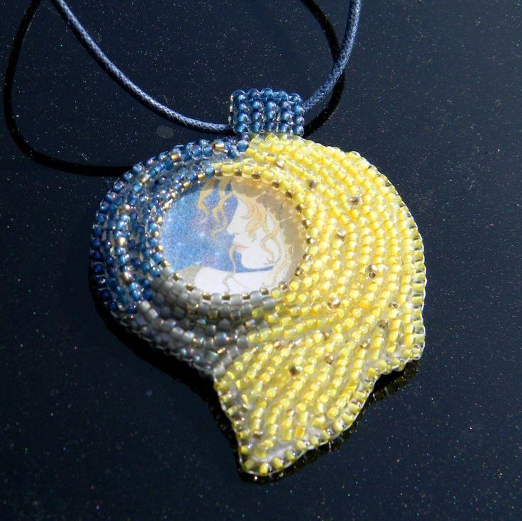 Půlnoční+dívka+Originální+náhrdelník+je+vyrobený+technikou+bead+embroidery+-+korálková+výšivka.+Použila+jsem+ručně+malovaný+kabošon+od+skvělé+výtvarnice+Danky+.+je+obšit+kvalitním+japonským+TOHO+rokajlem+v+různých+velikostech.+Vše+je+v+barvách+modrá,+žlutá,+šedá+a+zlatá.+Přívěšek+je+zavěšen+na+voskované+šňůrce+a+je+podšitý+velmi+příjemným...