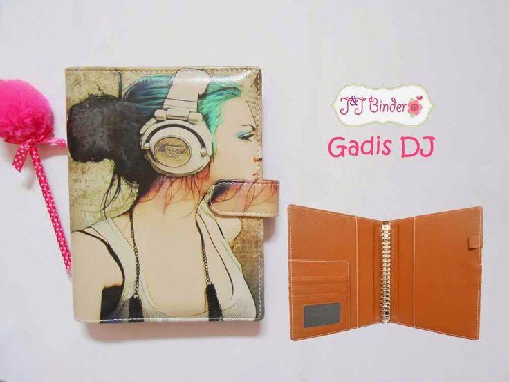Nama  Produk : Binder Gadis DJ Ukuran   :A5 20ring : 60rb , B5 26 ring : 70rb Bahan  : Kulit Sintetis Deskripsi : 3 slot kartu, 1 slot foto 1 Slot pulpen
