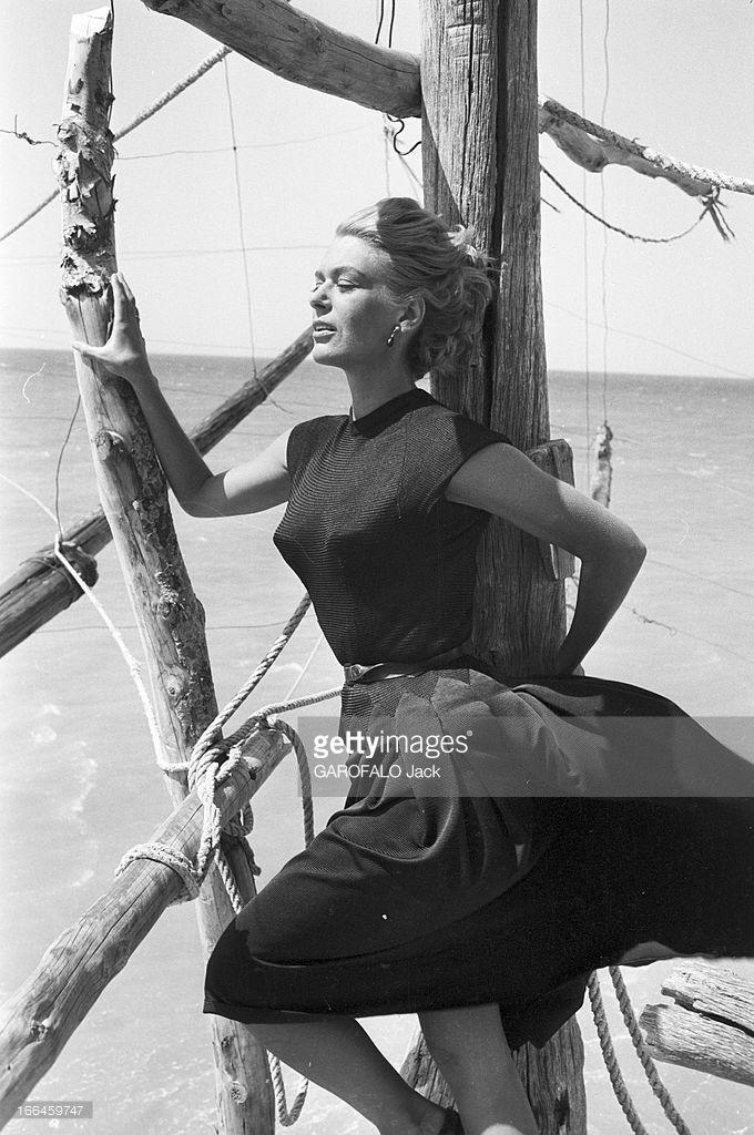 Rendezvous With Jules Dassin And Melina Mercouri On The Shooting Of 'Laloi' In 1956. En juin 1956, pendant le tournage du film 'la loi' de Jules Dassin, séance photo avec Melina MERCOURI en extérieur sur un ponton en bord de mer. Les cheveux dans… Credit: GAROFALO Jack