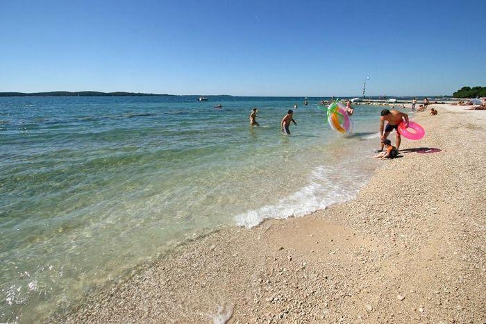Bi Village bietet hochwertige Einrichtungen und einen tollen, kindgerechten Strand zum spielen, baden und entspannen!