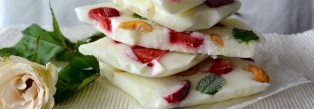 Gezonde snack: frozen yoghurt met aardbei, noten en munt