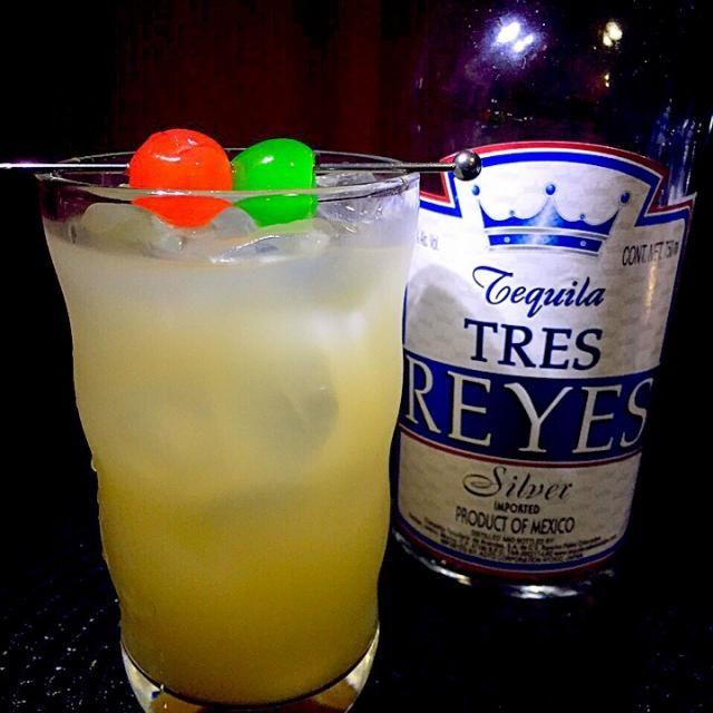 テキーラ・グレープフルーツ  その名の通り、テキーラとグレープフルーツジュースのカクテル。テキーラと柑橘系ジュースは相性よし 大きめのタンブラーグラスで乾きも潤う  テキーラ45cc グレープフルーツジュース適量 マラスキーノチェリー、ミントチェリー アルコール12度  通常の飾りはミントチェリーのみで。 渇いた喉に柑橘系カクテルで - 49件のもぐもぐ - あつし's BAR No.167テキーラ・グレープフルーツ by あつし