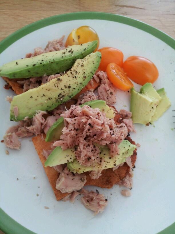 Koolhydraat arme lunch/snack: amandelmeelcracker met zongedroogde tomaat belegd met tonijn en avocado.