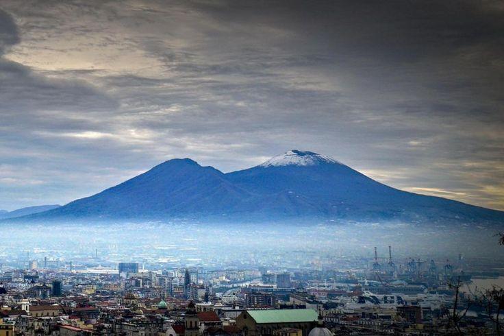 La cima del #Vesuvio innevata vista da #Napoli. Con le temperature in calo, la città è stata ricoperta da una fitta coltre di foschia.
