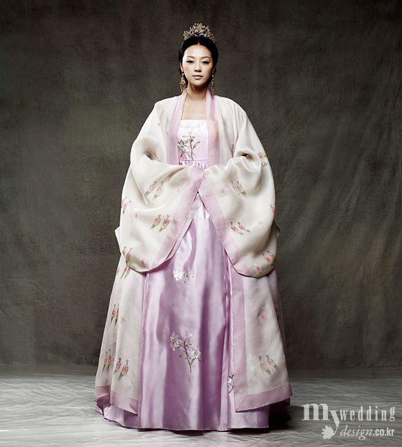 한복 Hanbok for an Empress / Traditional Korean dress ... Reminds me so much of the Empress Ki amazing outfits