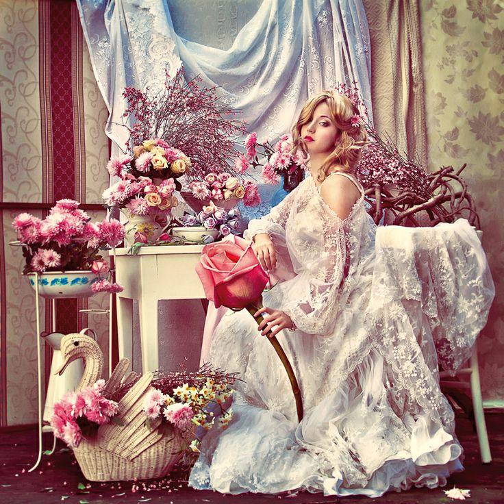 Un liquido sensuale si insinua nel sentire di chi temerario scopre la propria personalità e rivela cosa c'è dietro la maschera. Un'anima forte delle proprie fragilità. L'aura di ognuno di noi lascia un segno distintivo nel vissuto: come un #cammeo, la cui dura consistenza calmierata da linee sinuose e sensuali, è traccia visibile ed immutabile di tratti definiti così #Camaheu lascia in maniera inequivocabile un segno della propria presenza. #Profumi #Profumo