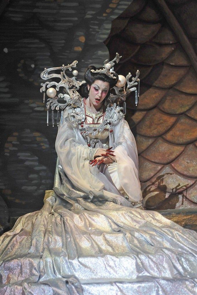 Lise-Lindstrom-in-FGO-Turandot-Photo-Gaston-de-Cardenas-682x1024.jpg (682×1024)