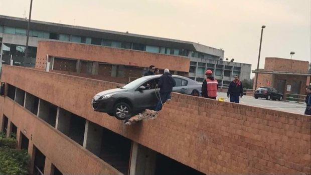 Viralizan foto de peculiar accidente en Universidad Iberoamericana - http://www.esnoticiaveracruz.com/viralizan-foto-de-peculiar-accidente-en-universidad-iberoamericana/