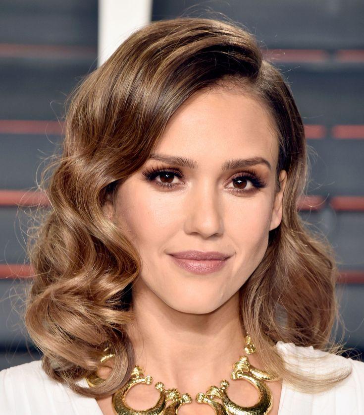 """Jessica Alba fez cabelo """"old Hollywood diva"""" com ondas marcadas e risca lateral e make esfumado em tons de marrom rosado"""