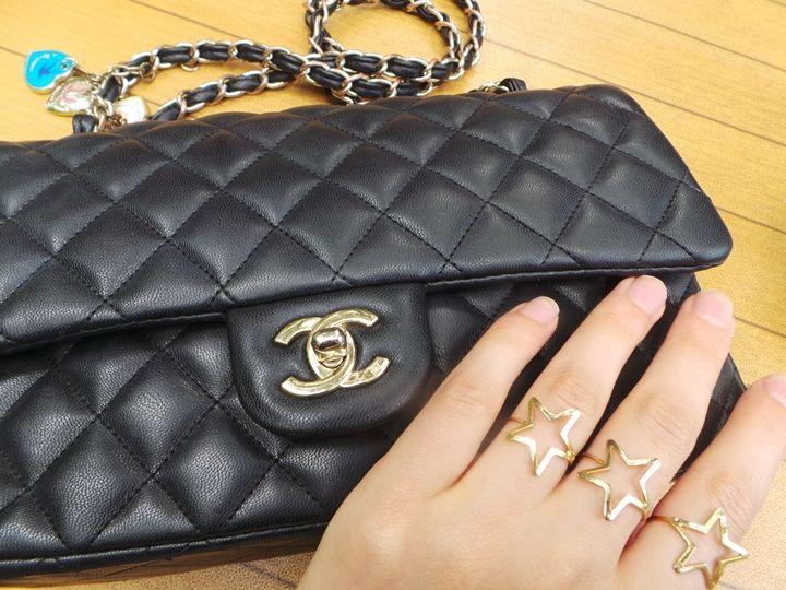 chanel bag chanel çanta chanel 2.55 aksesuar en moda çantalar çanta blog küçük chanel çanta siyah chanel çanta yıldızlı yüzükler üçlü yüzükler yıldız şeklinde yüzük en moda yüzükler blogger love blogger ankaralı blogger Ne Giydim / Beyaz Etek