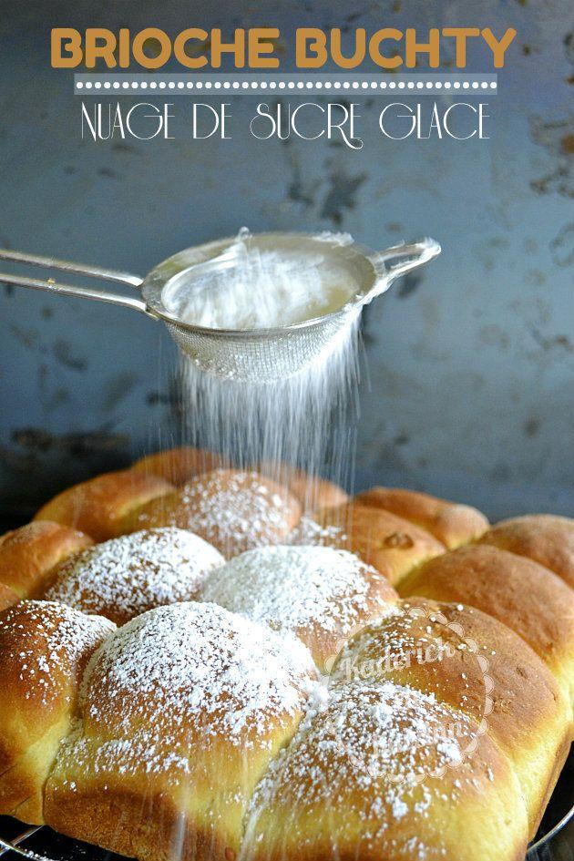 Brioche buchty d'origine allemande saupoudrée de sucre glace