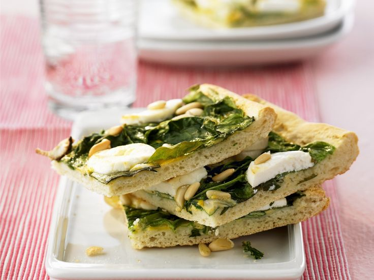 Pizza mit Spinat und Ziegenkäse - smarter - Zeit: 30 Min. | eatsmarter.de