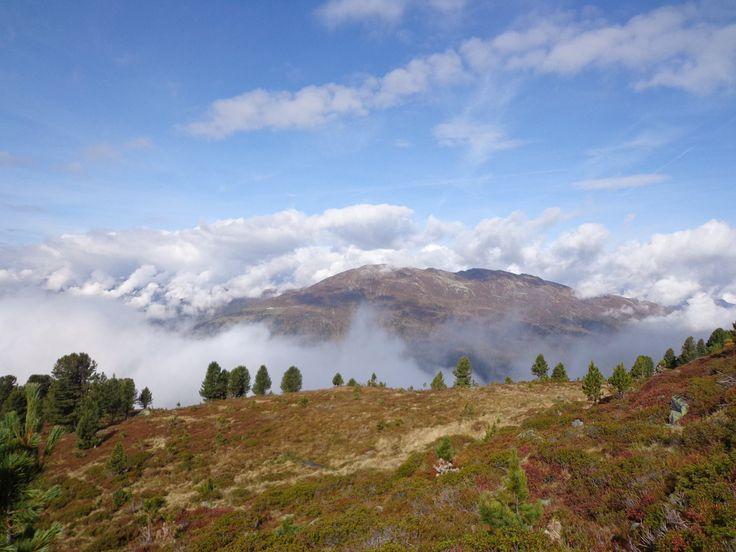 Gipfel, Wiesen, Bäume, Nebel, Wolken, blauer Himmel - eindrucksvoller kann ein Bild kaum sein