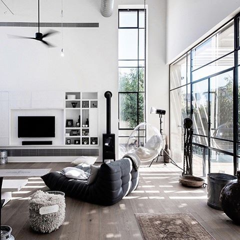 Perfect modern monochrome ◼️◻️ Up on our blog now www.indiehomecollective.com 📷 Neuman Hayner Architects #indieliving #indiehomecollective