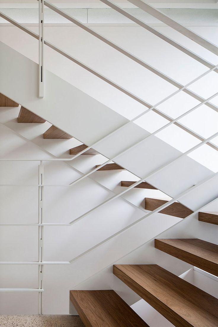 Эти лестницы имеют деревянные ступени и металлические перила выкрашены в белый цвет.