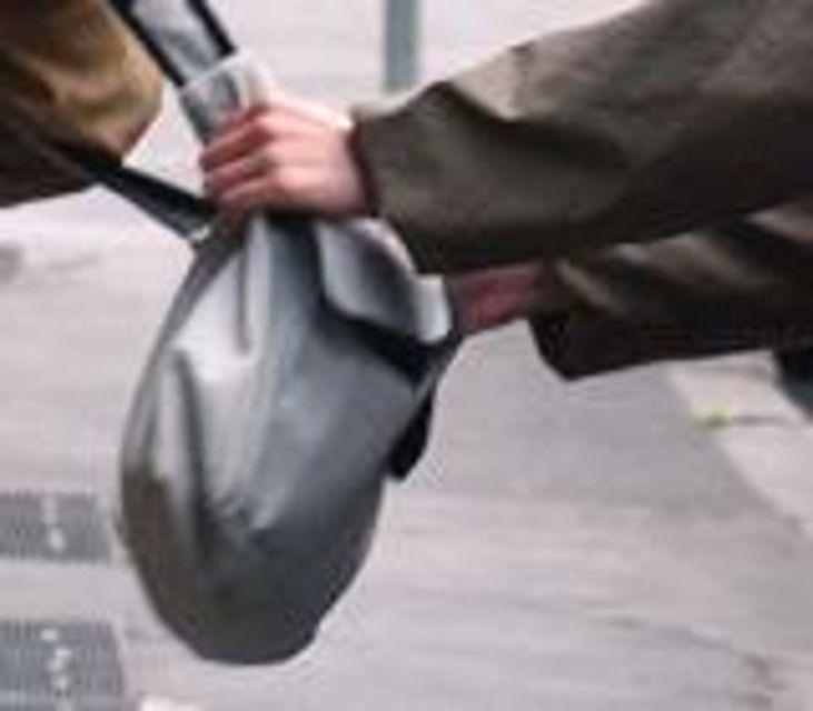 Napoli: donna subisce scippo, ricoverata con trauma cranico - Spettegolando