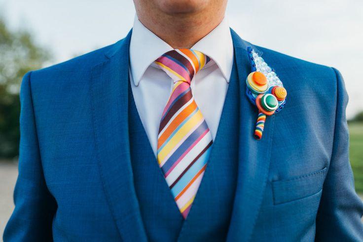 Cravate rayée multicolore pour le mariée - Crédit Photo: Babb Photo - Costume: Ben Sherman - La Fiancée du Panda blog Mariage et Lifestyle