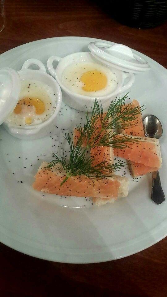 Oeufs cocotte et mouillette de saumon fumé pavot et aneth - Restaurant creperie le chat botté -