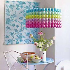 Lustre en balles de ping pong. 20 idées inspirantes de luminaires design avec de la récup