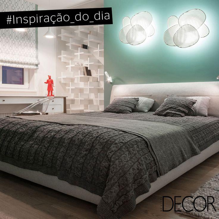 Sugerindo jovialidade, o décor do dormitório tem como cor predominante o branco. O toque em cinza e verde traz delicadeza ao cômodo que recebe prateleiras e luminárias irreverentes, além de acabamento em madeira. Acolhedora, a composição é o espaço ideal tanto para relaxar, como para trabalhar.