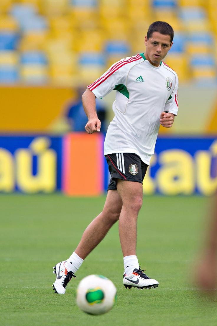 chicharito hern ndez durante el entrenamiento previo vs italia en el estadio maracan a