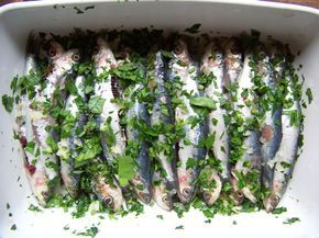 sardines marinées à l'huile d'olive, jus de citron, ail et persil plat, avant de passer au barbecue ou à la plancha