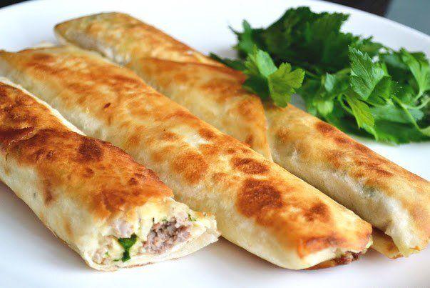 Шаурма с курицей, зеленым луком и сыром