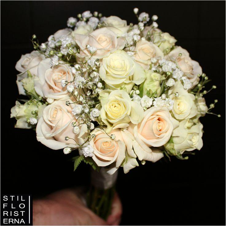 Liten och romantisk brudbukett med rosor och brudslöja, i vitt, off white och ljusrosa.
