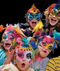 Kromatik are professional face painters. They have worked with the Ottawa International Children's Festival for several years and are always a hit. The professional resume of Kromatik includes Cirque du Soleil among many others.