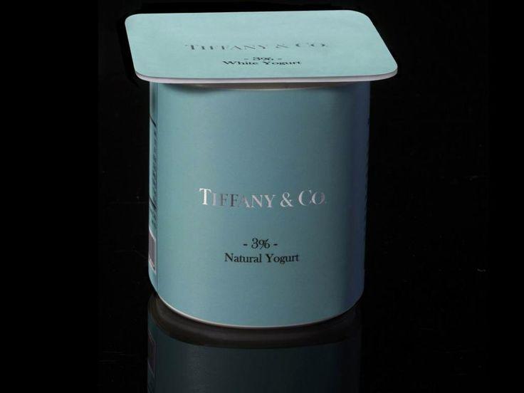 S'adapter au produit, le minimum non? Le contre-exemple amusant du chic packaging appliqué aux produits alimentaires du placard:Peddy Mergui a imaginé un monde dans lequel les produits du quotidien seraient vendus par des marques de prestige: du yaourt Tiffany!