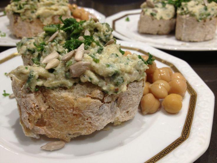 Vegetarische artisjok en boerenkool dip, ideaal als borrelhapje of op brood. De Hippe Vegetarier heeft geweldige recepten die lekker, snel en gezond zijn.
