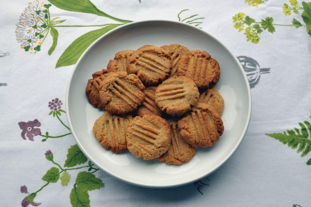 Upečte si křupavé sušenky z arašídového masla
